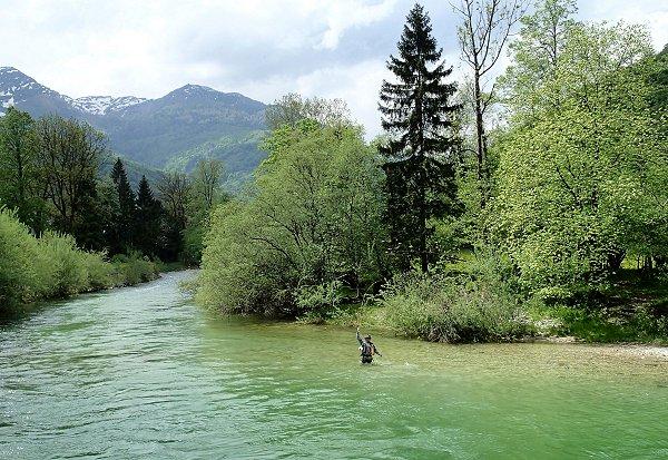 Christian, épuisant une belle truite sur la Sava en Slovénie