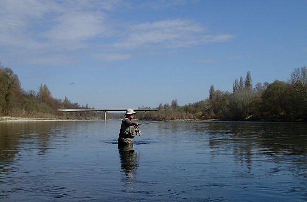Pêcheur à la mouche sur le vieux Rhin accompagné par Claude Behr